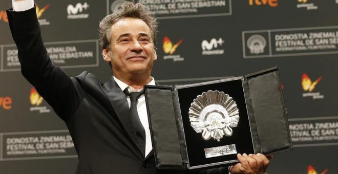 Eduard Fernández recogiendo La Concha de Plata al mejor actor 2016