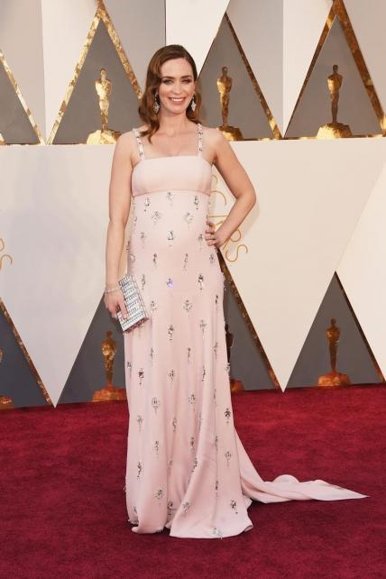 Emily Blunt,  para mi la gran ganadora de la alfombra. Su Prada era simplemente perfecto, estaba radiante luciendo embarazo sin marcar barriguita a lo Pataky o Kardashian. Porqué se puede estar en estado, guapa y siguiendo los colores de la temporada.