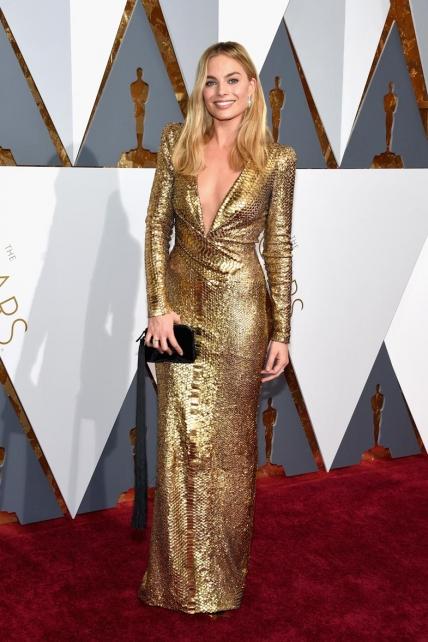 Margot Robbie homenajeó a la estatuilla dorada de la mano de su Diane Von Furstenberg. Consejo: si eres rubia, opta por algo que haga destacar tu cabello.