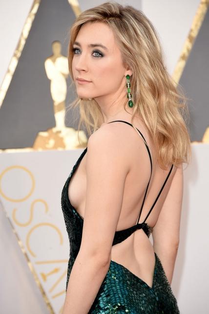 Saoirse Ronan, ponía el glamour del viejo Hollywood con este Calvin Klein, cuajaddo de paillettes.