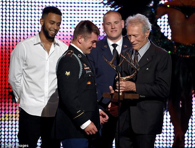 De izquierda a derecha, Sadler, Skarlatos y Stone, recibiendo el Hero Award de manos de Eastwood.